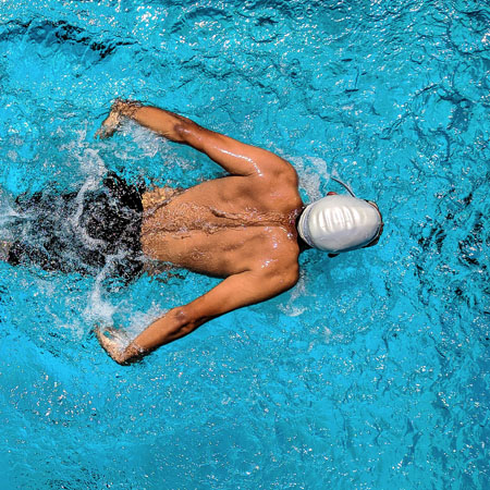 Man_swimming-in-swimming-pool